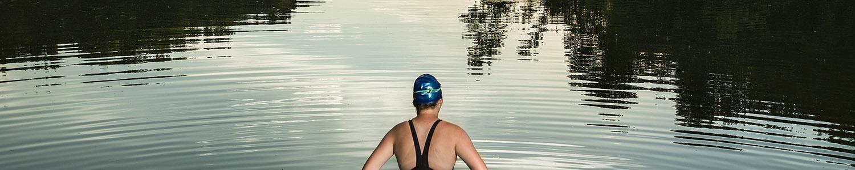En kvinna i en baddräkt redo att gå för att simma